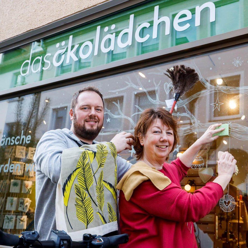 Marius und Heike, ökologisch Putzen vor dem Schaufenster von das ökolädchen in Osnabrück