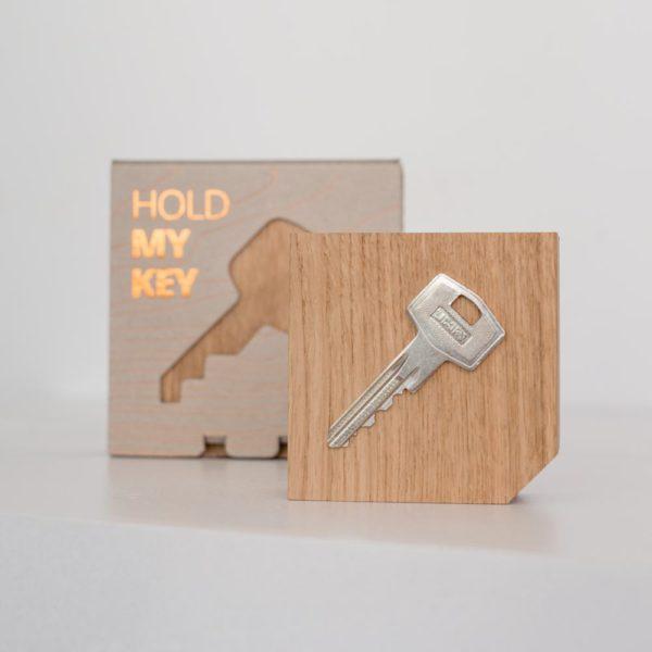 Magnetischer Schlüsselhalter hold my key aus Eiche von Rio Lindo