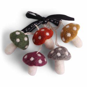 Fünf kleine Pilze aus Wollfilz von der Firma Én Gry & Sif.