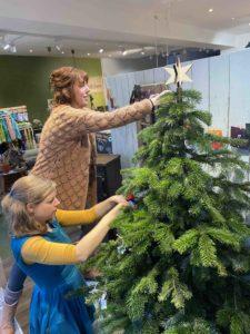 Christina und Marina schmücken den Keinachtsbaum