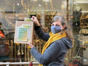 Christina hält den Briefkasten für unsere Spendenaktion hoch.