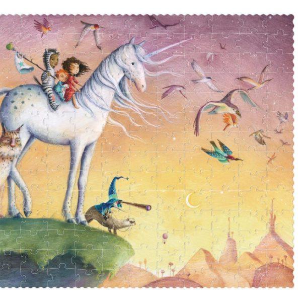Dieses liebevoll illustrierte Puzzle entführt dich in eine fantastische Welt. Die Kinder reiten auf einem weißen Einhorn.