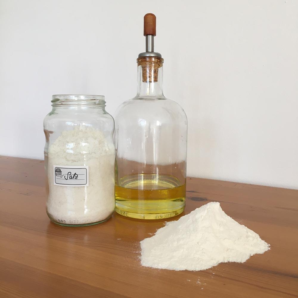 Salz, Mehl und Öl für nachhaltigen Osterschmuck aus Salzteig