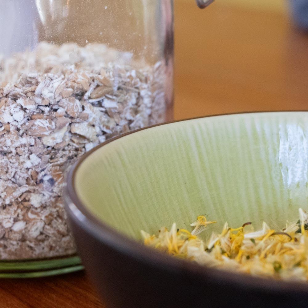 Haferflocken und Blüten für natürliche Seifen