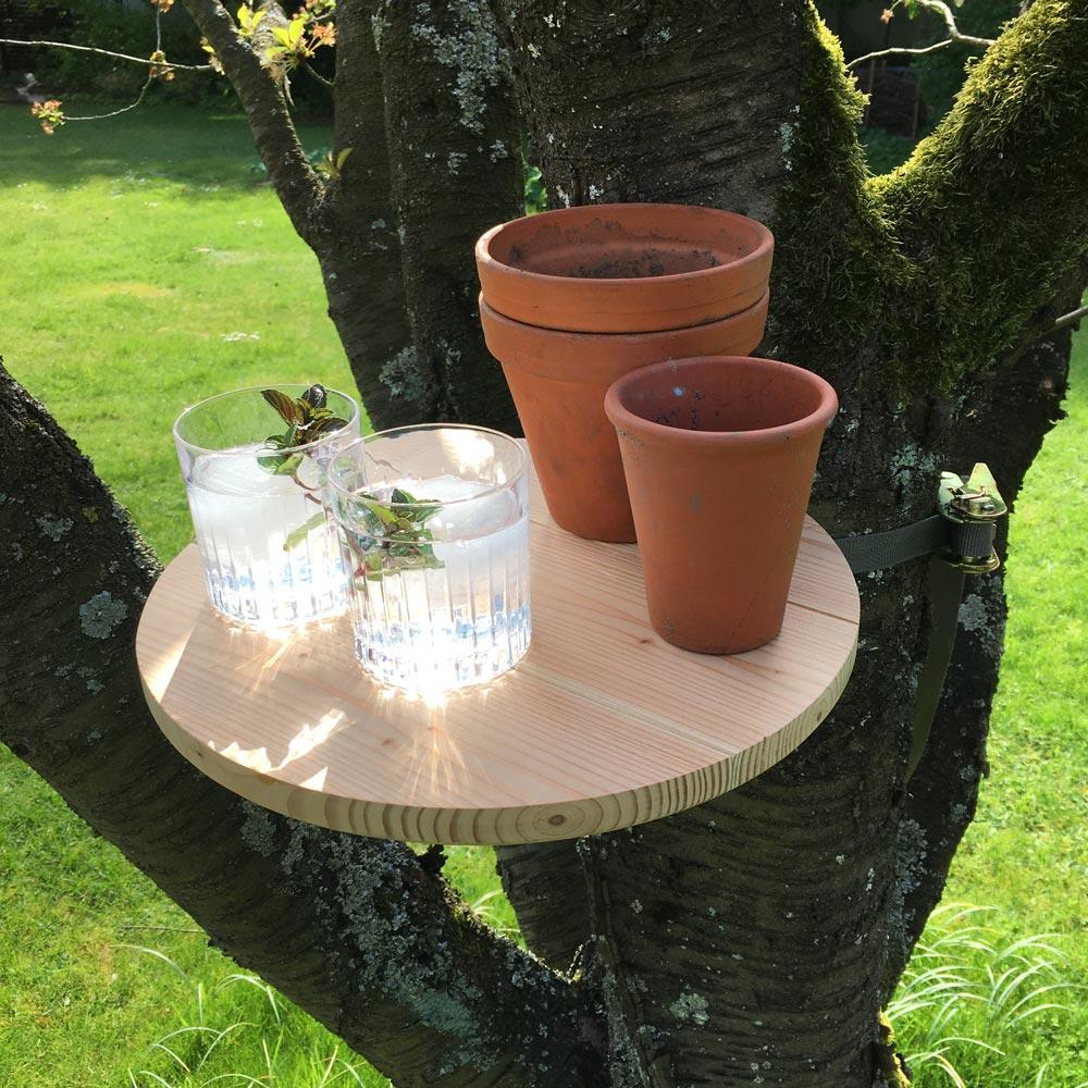 Kühles Getränk am StammTisch im Öko-Garten