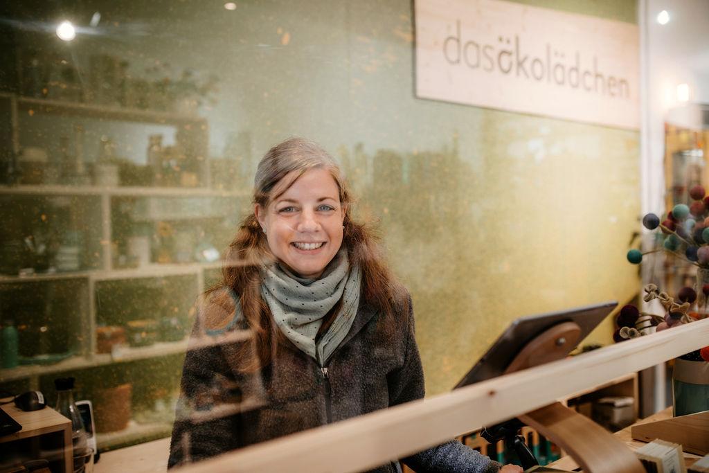 Christina am Verkaufstresen im ökolädchen.