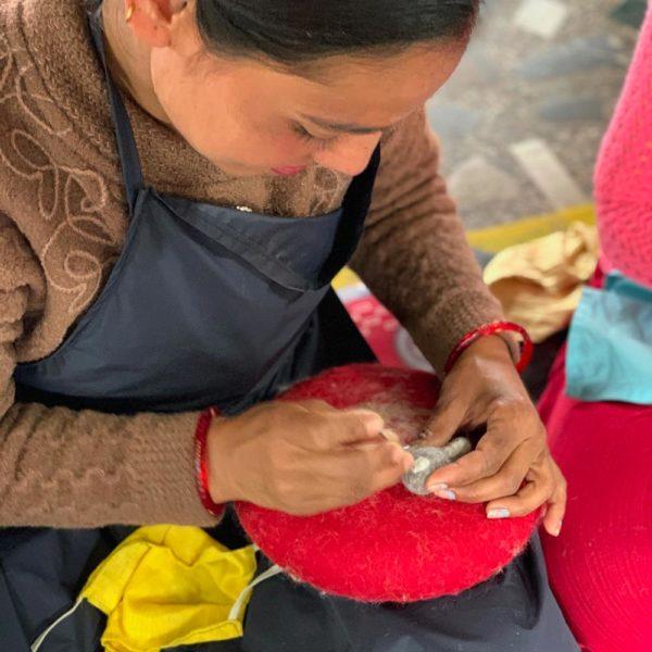 Frauen in Nepal stellen nachhaltige Deko aus Filz her.
