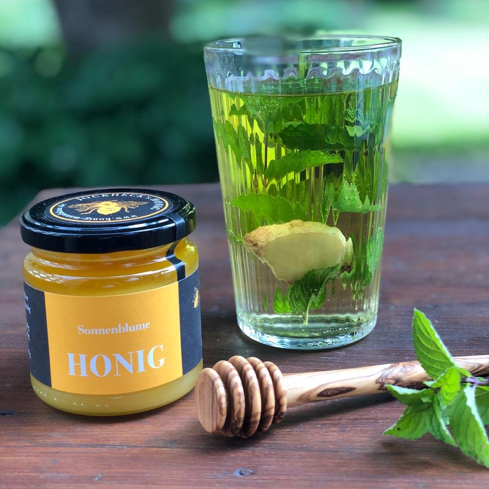 Frischer Kräutertee mit Minze, Ingwer und Honig
