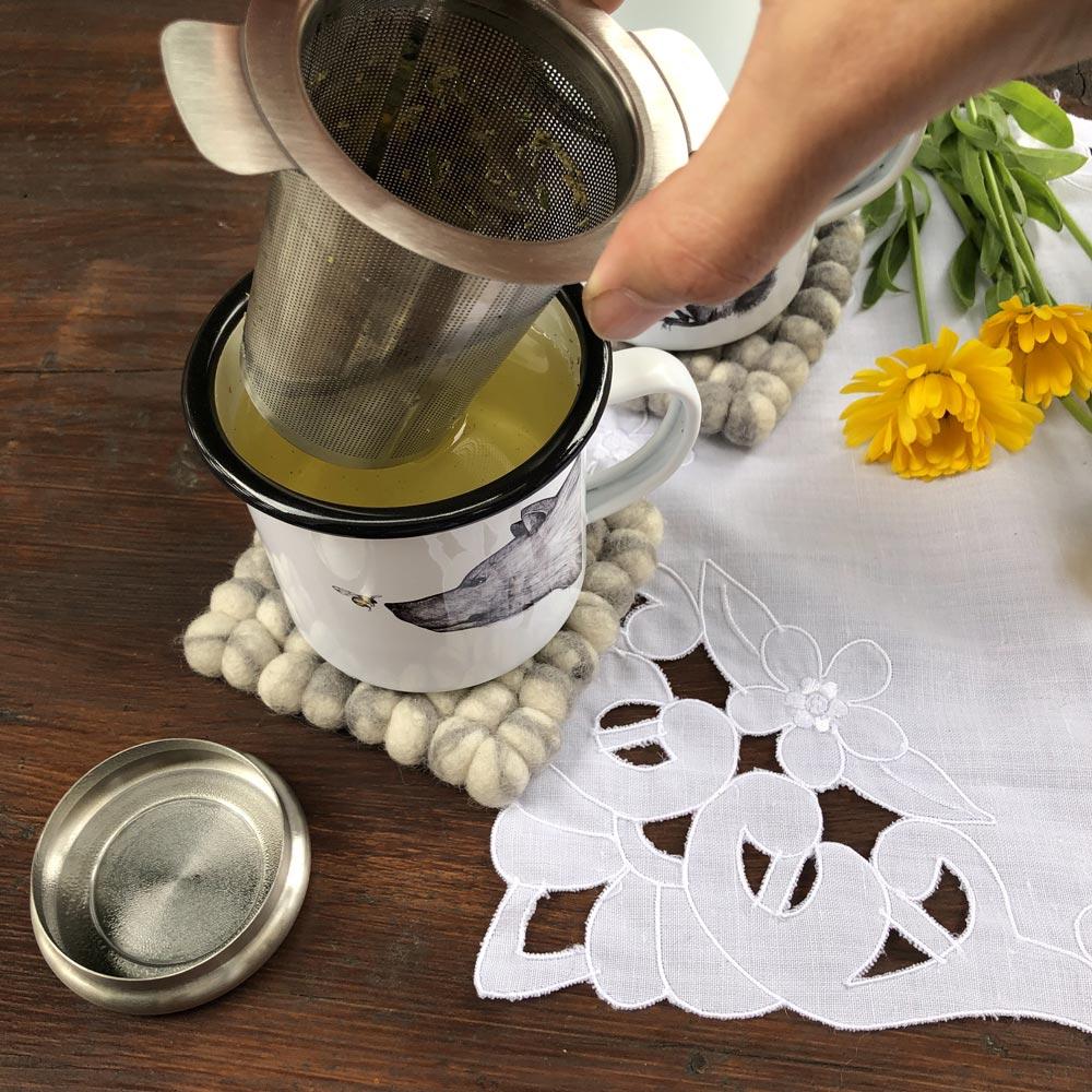 Selbstgemachten Tee aufbrühen mit dem Teefilter von Weis